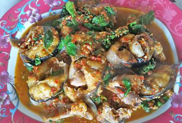 Spicy-fried catfish with Thai herbs