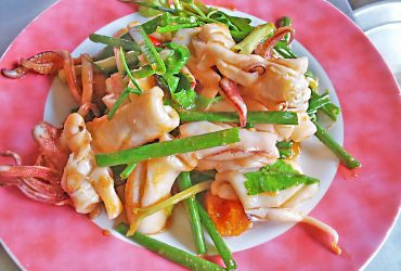 Stir-fried squid with salted eggs