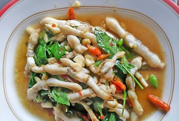 Spicy-fried razor clams with Thai herbs